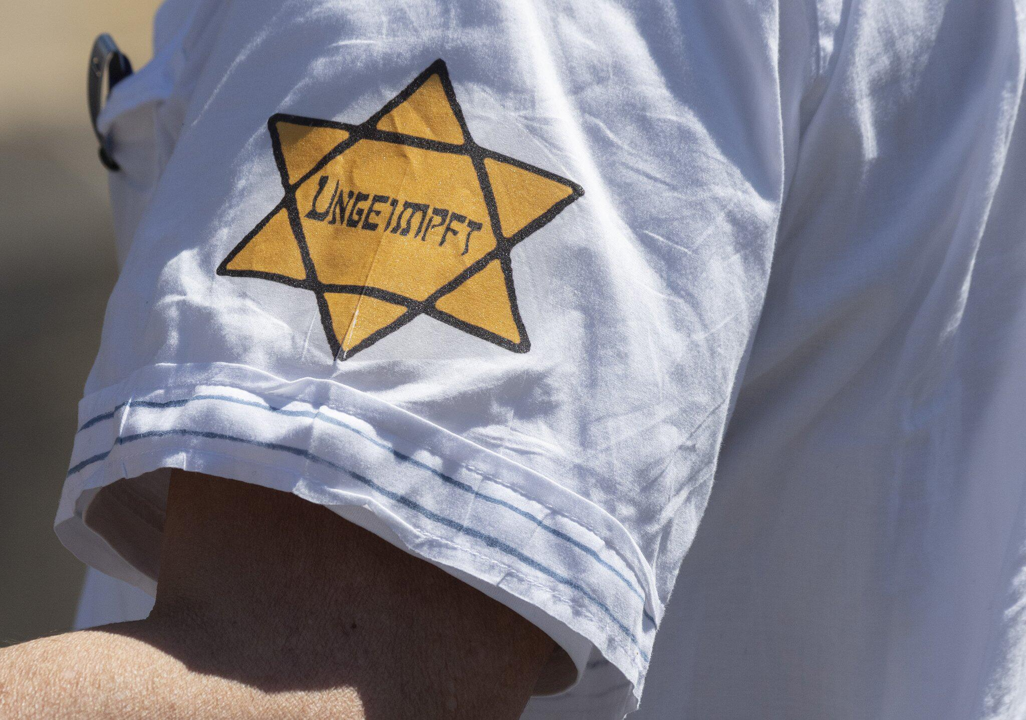 Bild zu Demonstrieren mit Judenstern und Häftlingskleidung