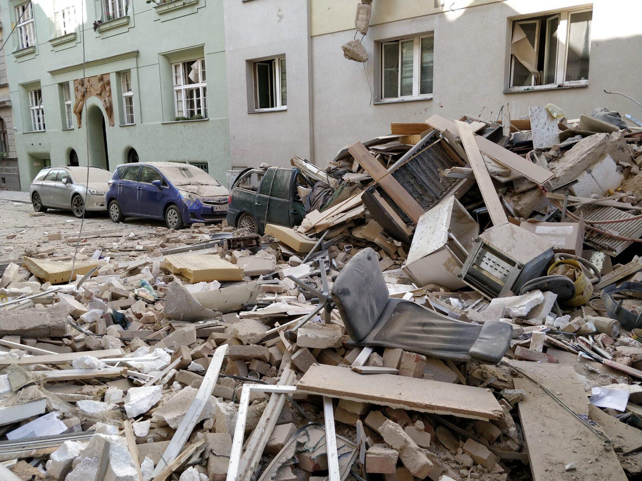Bild zu Mehrfamilienhaus in Wien nach Explosion teilweise eingestürzt