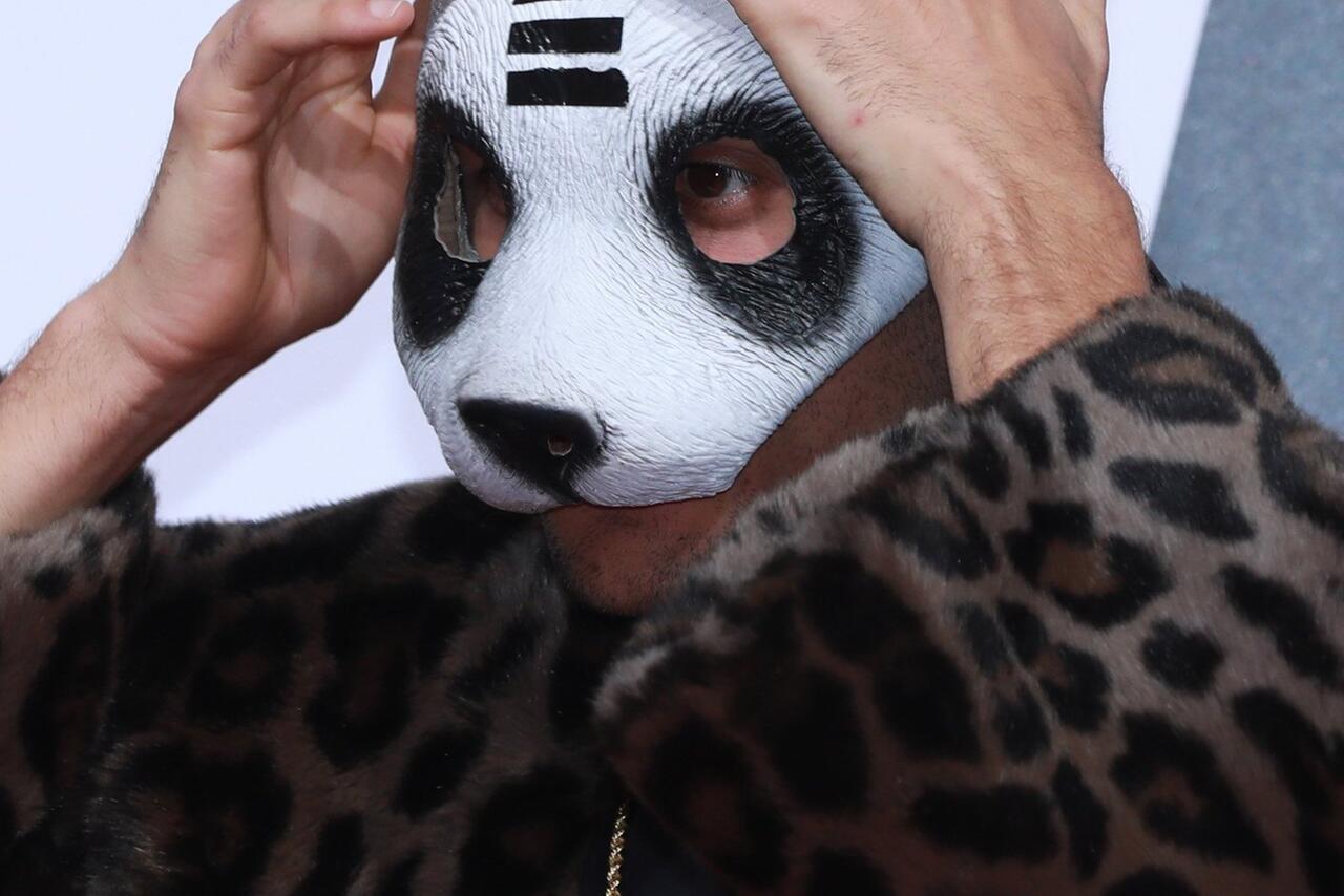 cro und die panda maske es gibt da ein problem. Black Bedroom Furniture Sets. Home Design Ideas