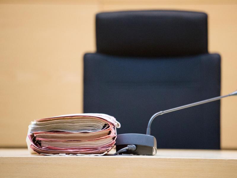 Bild zu Prozessakten liegen im Verhandlungssaal