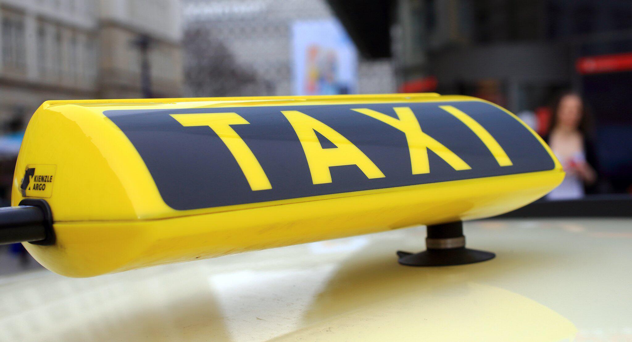Bild zu Eltern vergessen Neugeborenes in Taxi