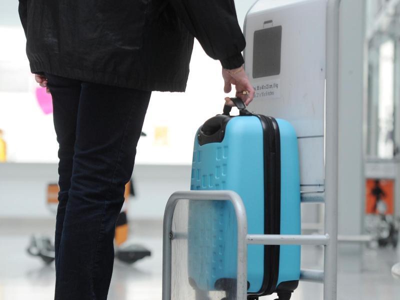 Bild zu Masse des Koffers werden kontrolliert