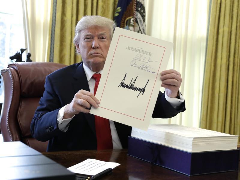 Bild zu Trump unterschreibt Steuerreform