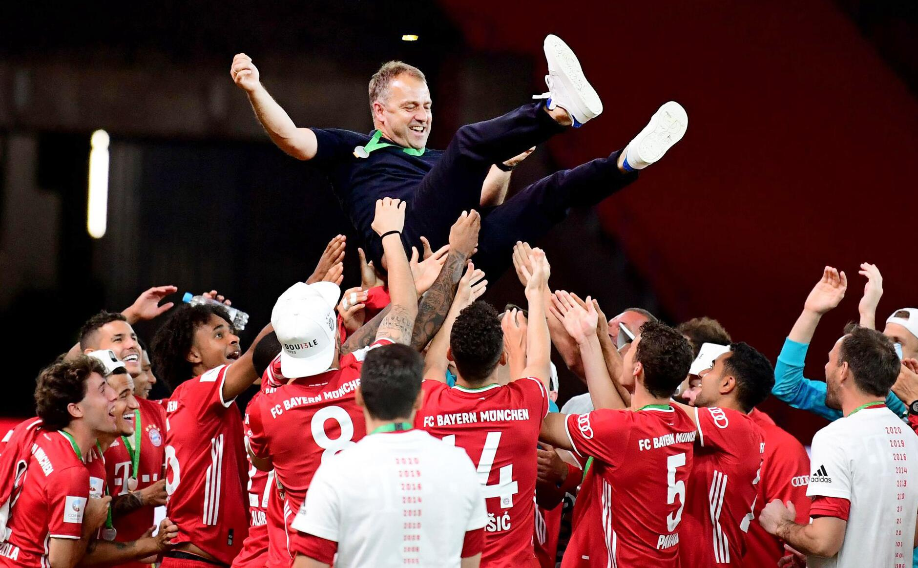 Bild zu Bayern-Coach Flick von der UEFAalsTrainer des Jahres geehrt