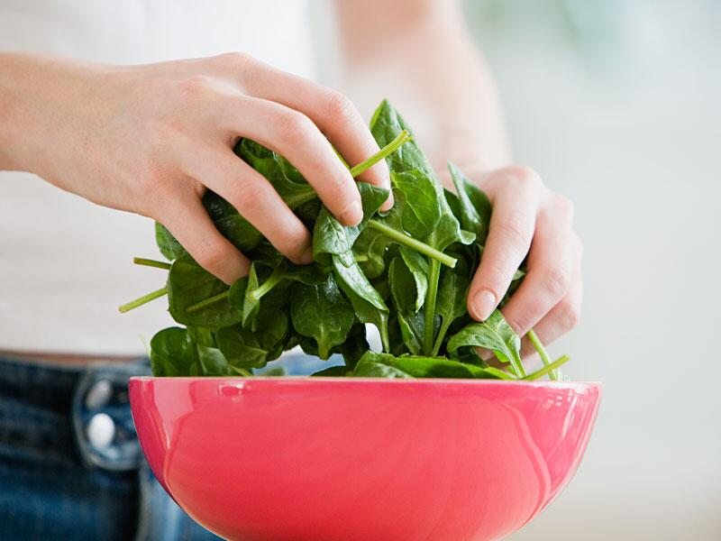 Bild zu Hände mischen Salat