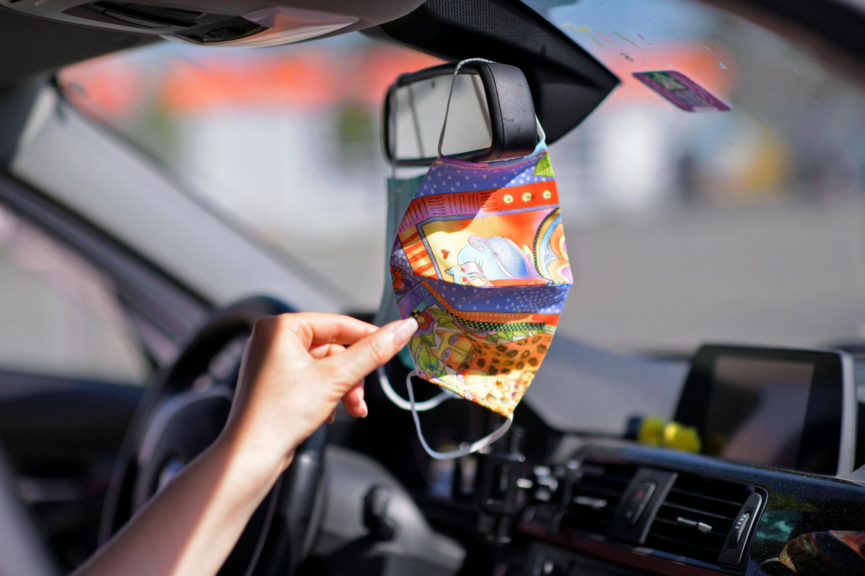 Bild zu Müssen wir künftig Masken immer im Auto dabei haben? Es gibt Pläne des Verkehrsministeriums.