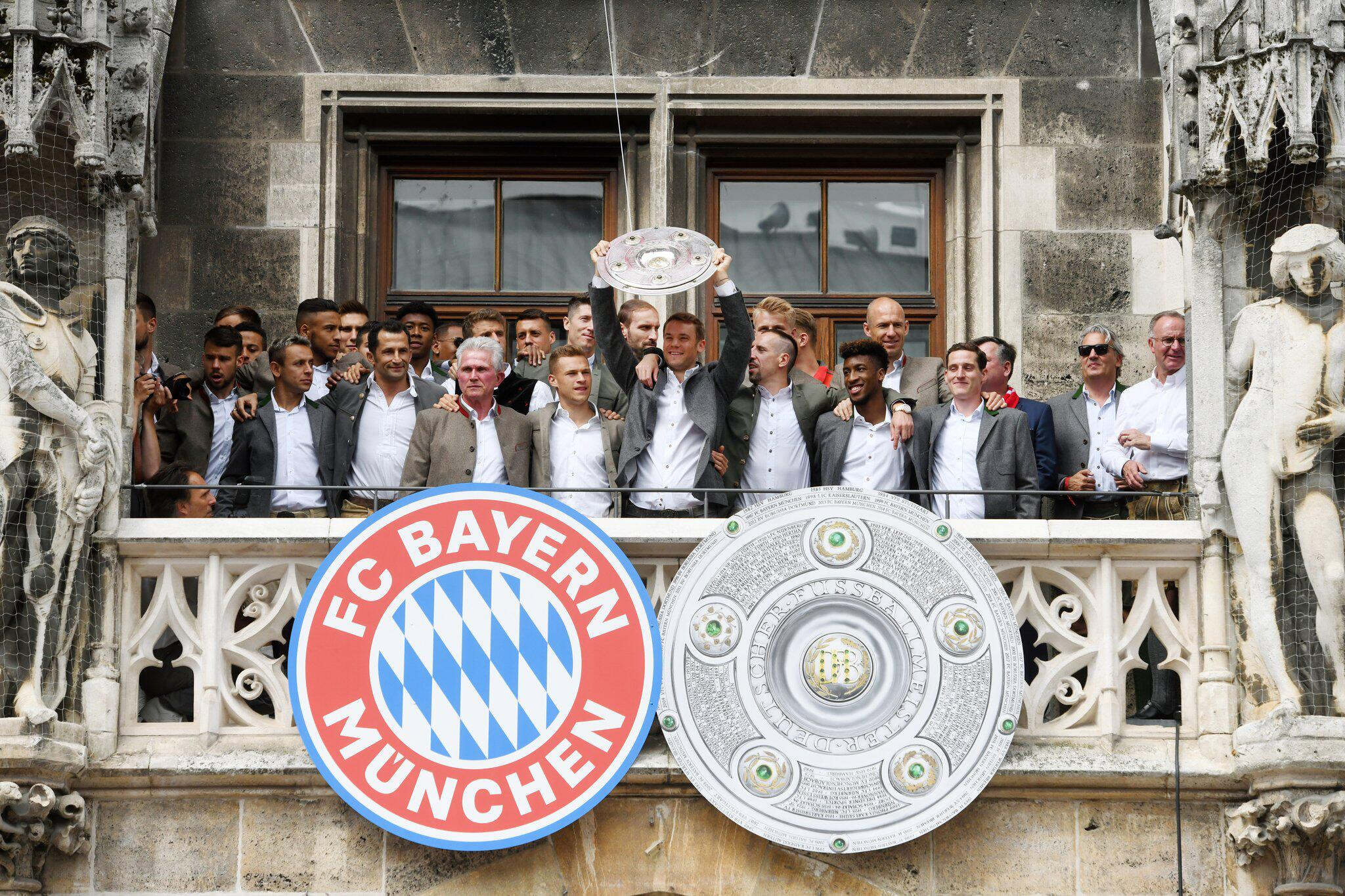 Bild zu Fussball: Balkonbesuch des FC Bayern München