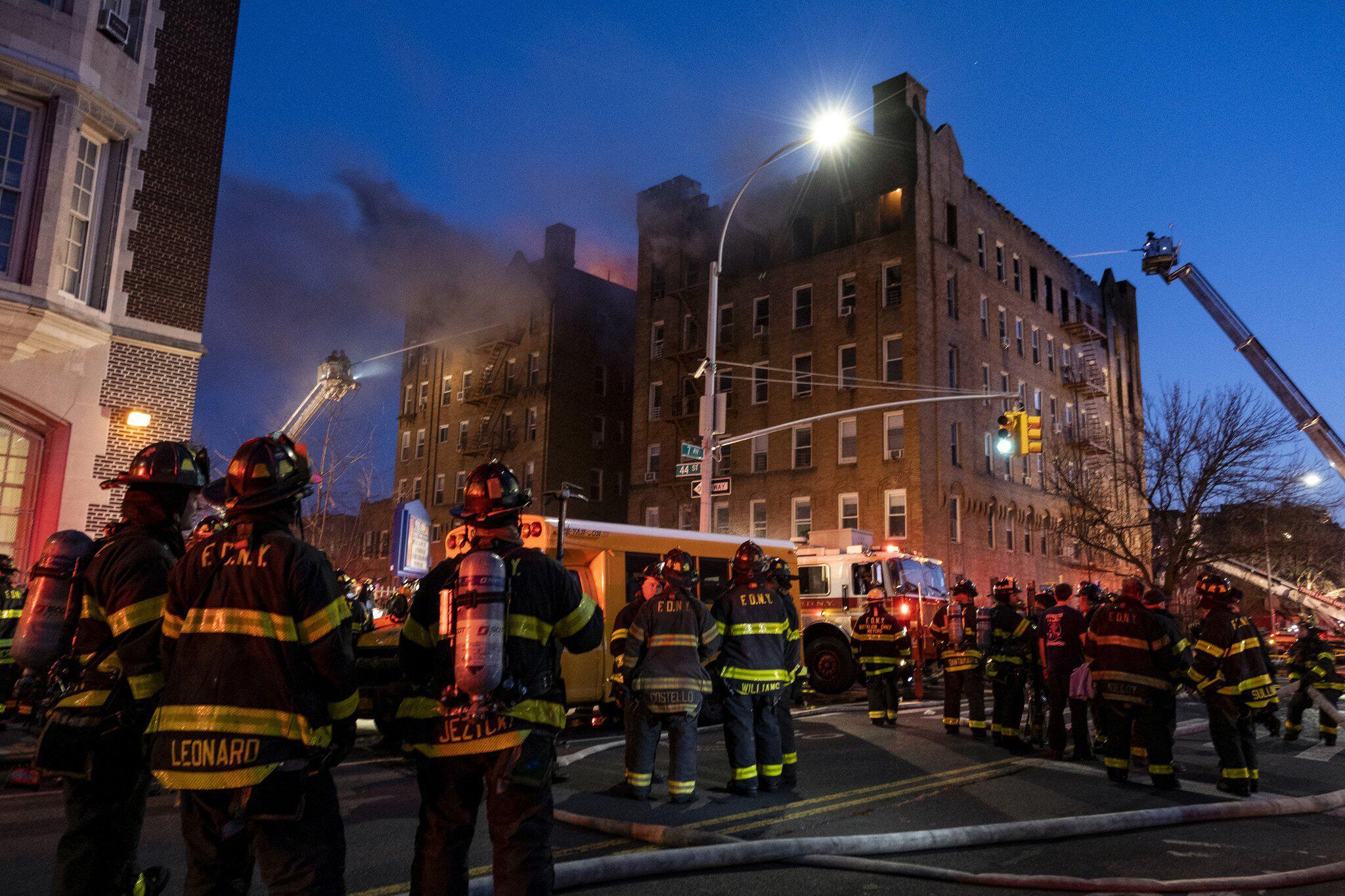 Bild zu Wohnhausbrand in Brooklyn