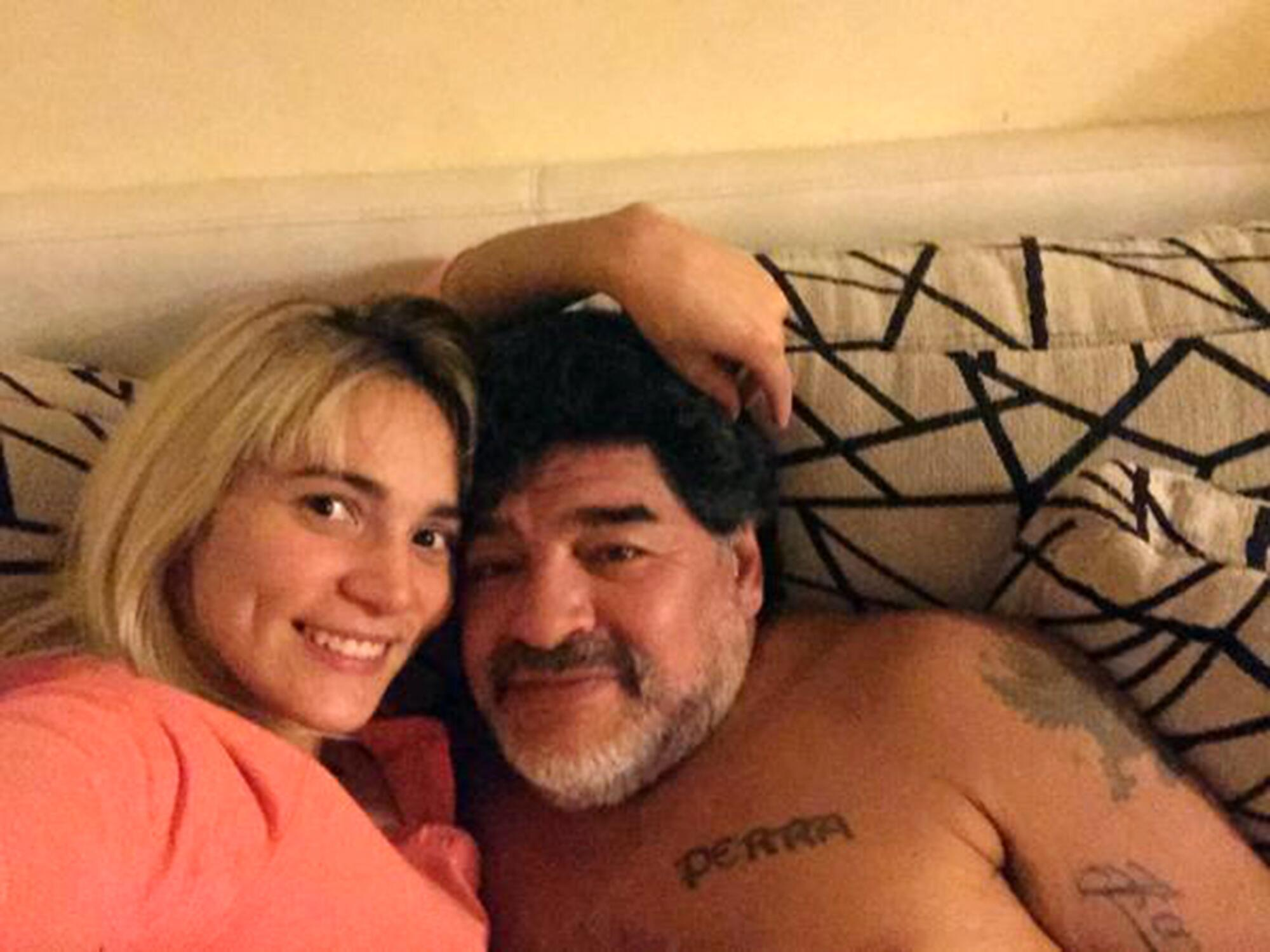Bild zu Diego Maradona, Rocio Oliva, Paar, Bett, Couch, Kuscheln