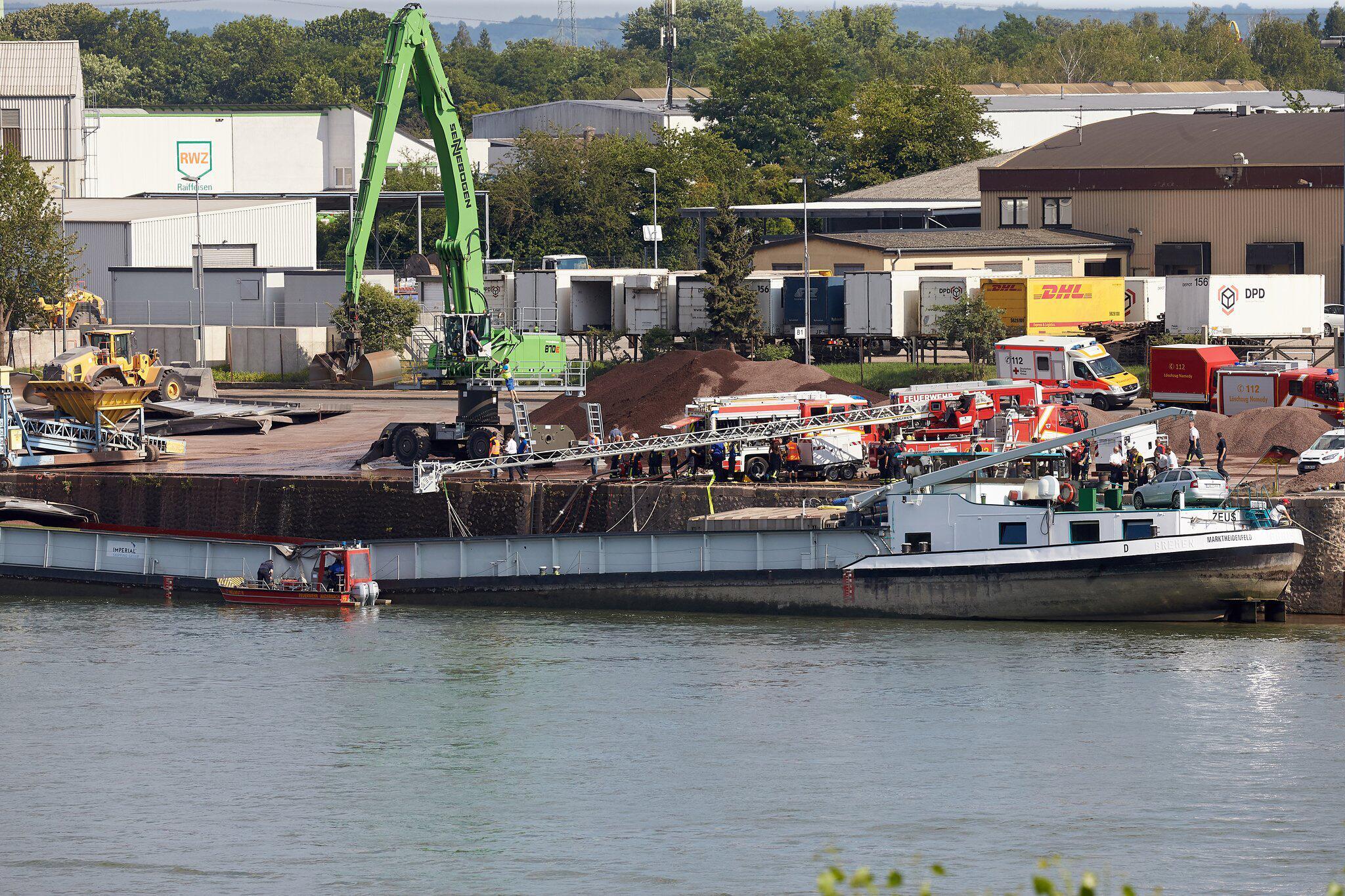 Bild zu Frachter auf dem Rhein durchgeknickt