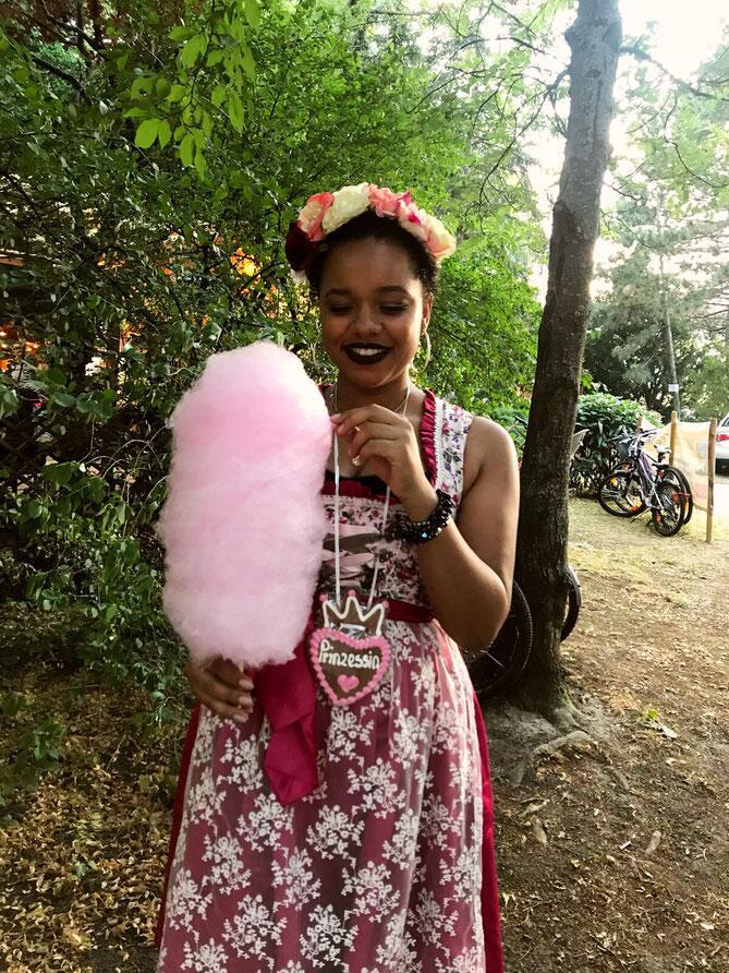 Bild zu Imoan Kinshasa, Rassismus, Weinfest, Dirndl