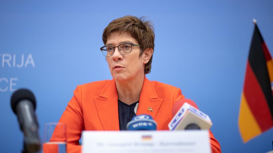 Verteidigungsministerin zu Besuch in Lettland