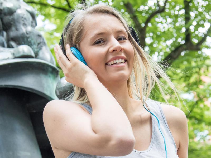 Bild zu Mit Kopfhörern