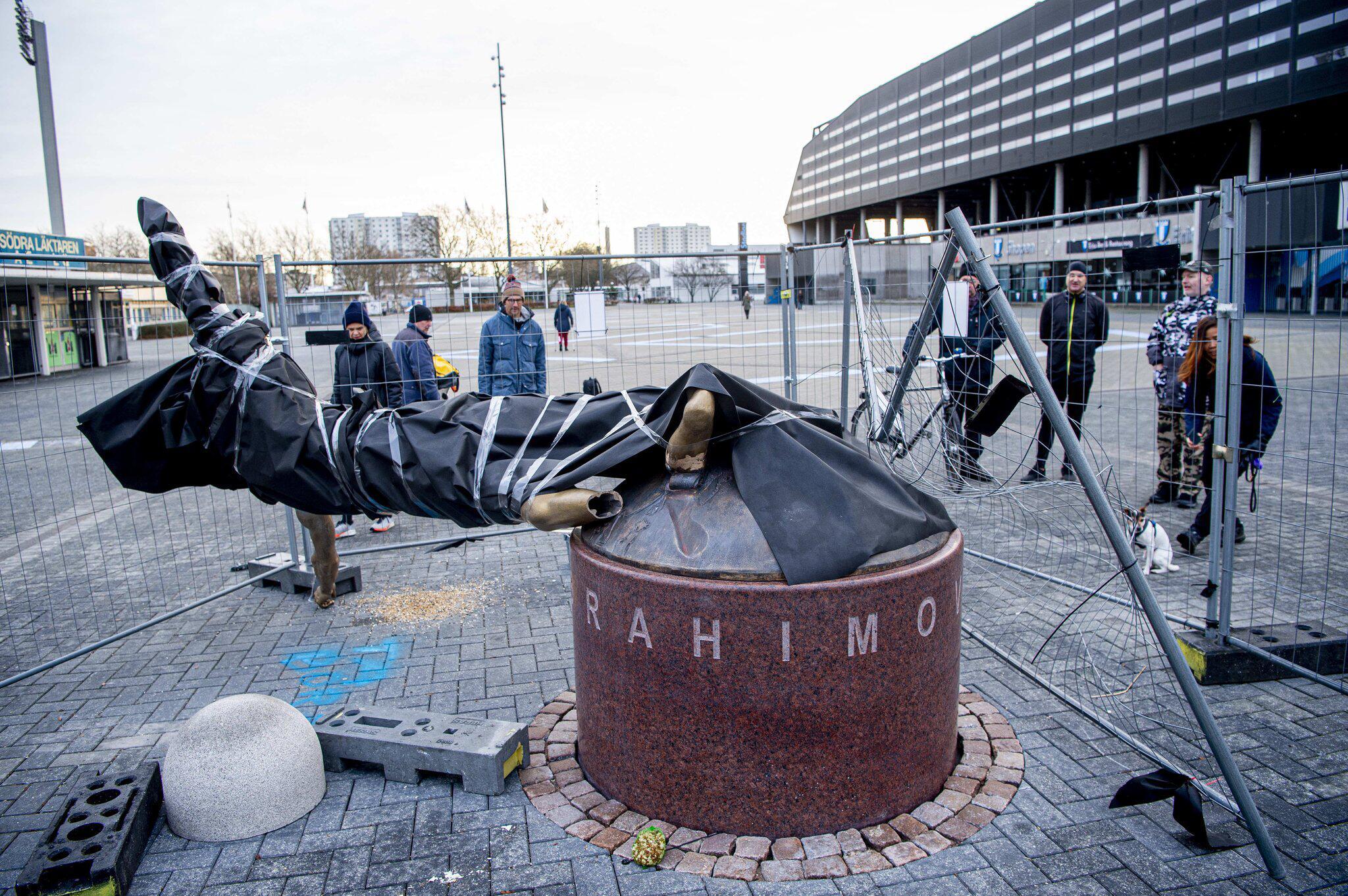 Bild zu Ibrahimovic-Statue in Malmö an den Füssen abgesägt