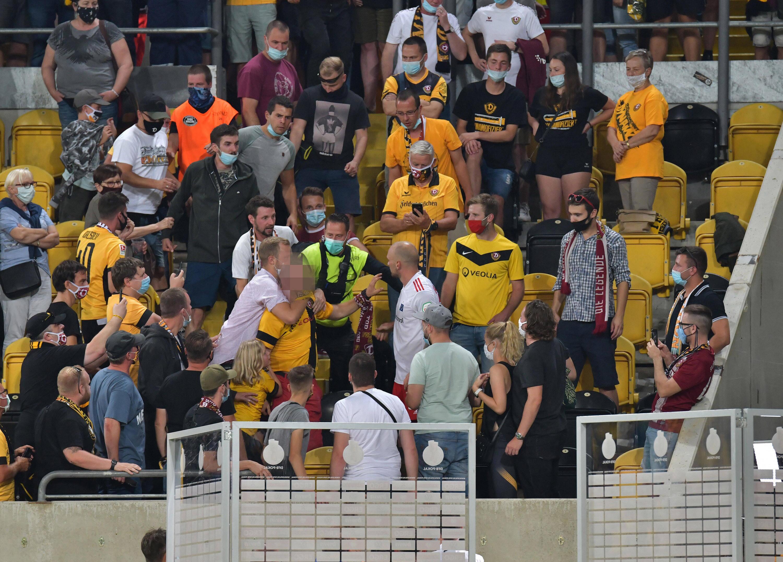Bild zu Toni Leistner (HSV-Trikot) ging nach dem DFB-Pokalspiel auf einen Dresden-Fan los.