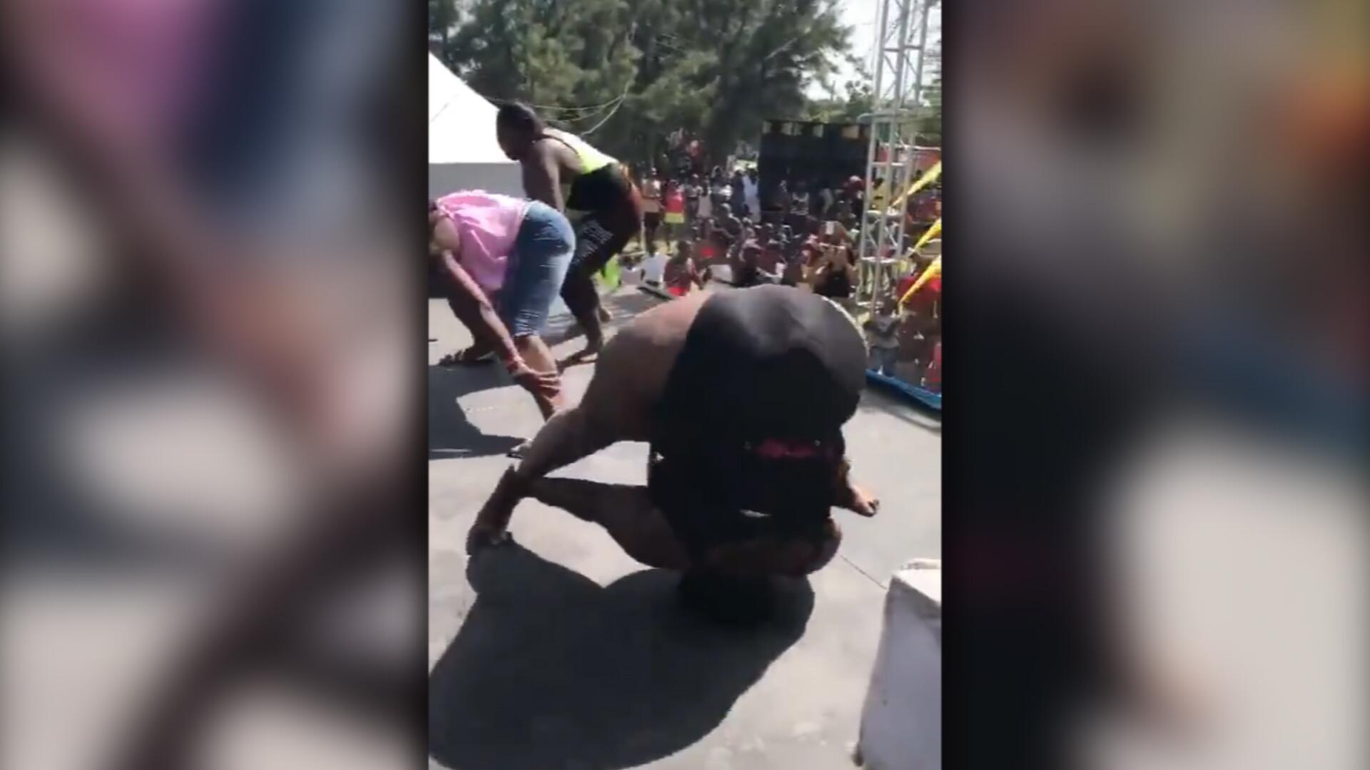 Bild zu Extrem übergewichtige Frau fällt beim Tanzen auf Zeltdach