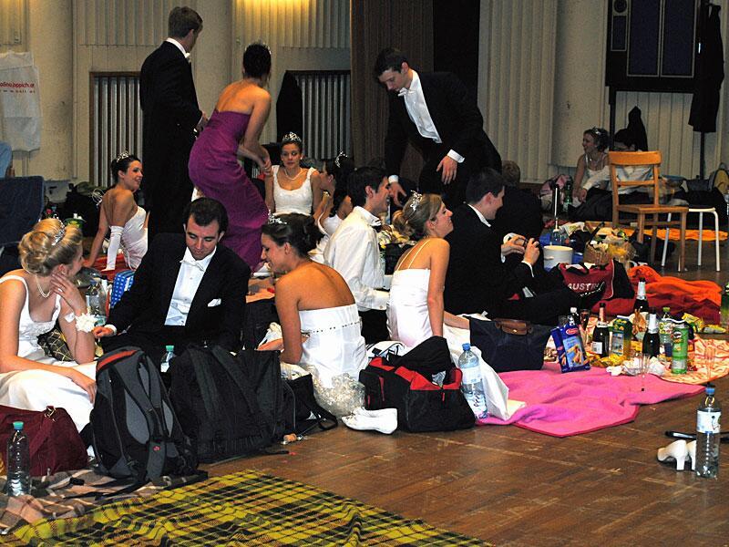 Bild zu Vor ihrem grossen Auftritt campieren die Debütantinnen und Debütanten auf dem Boden.