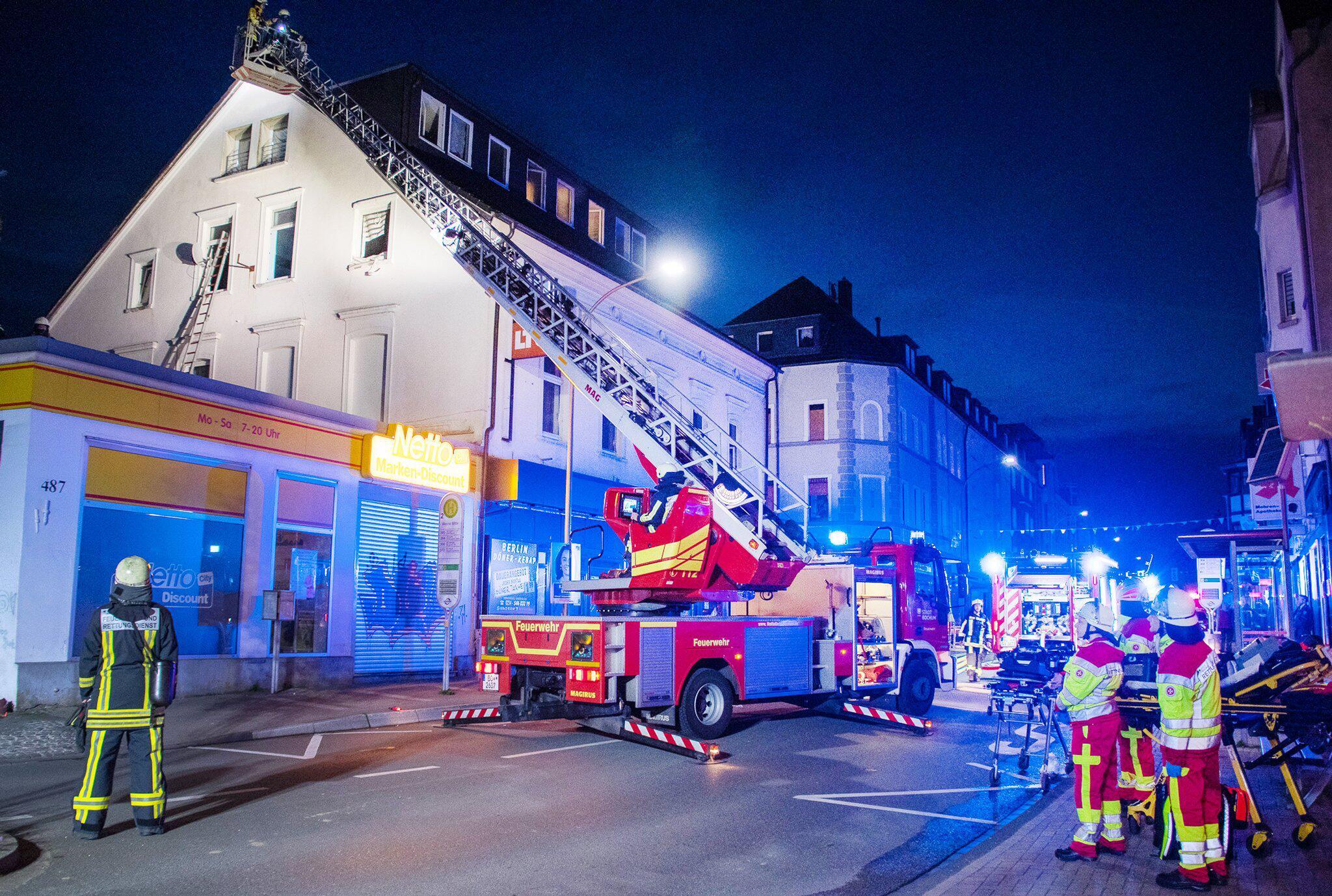 Bild zu Feuerwehr rettet 16 Menschen aus brennendem Haus