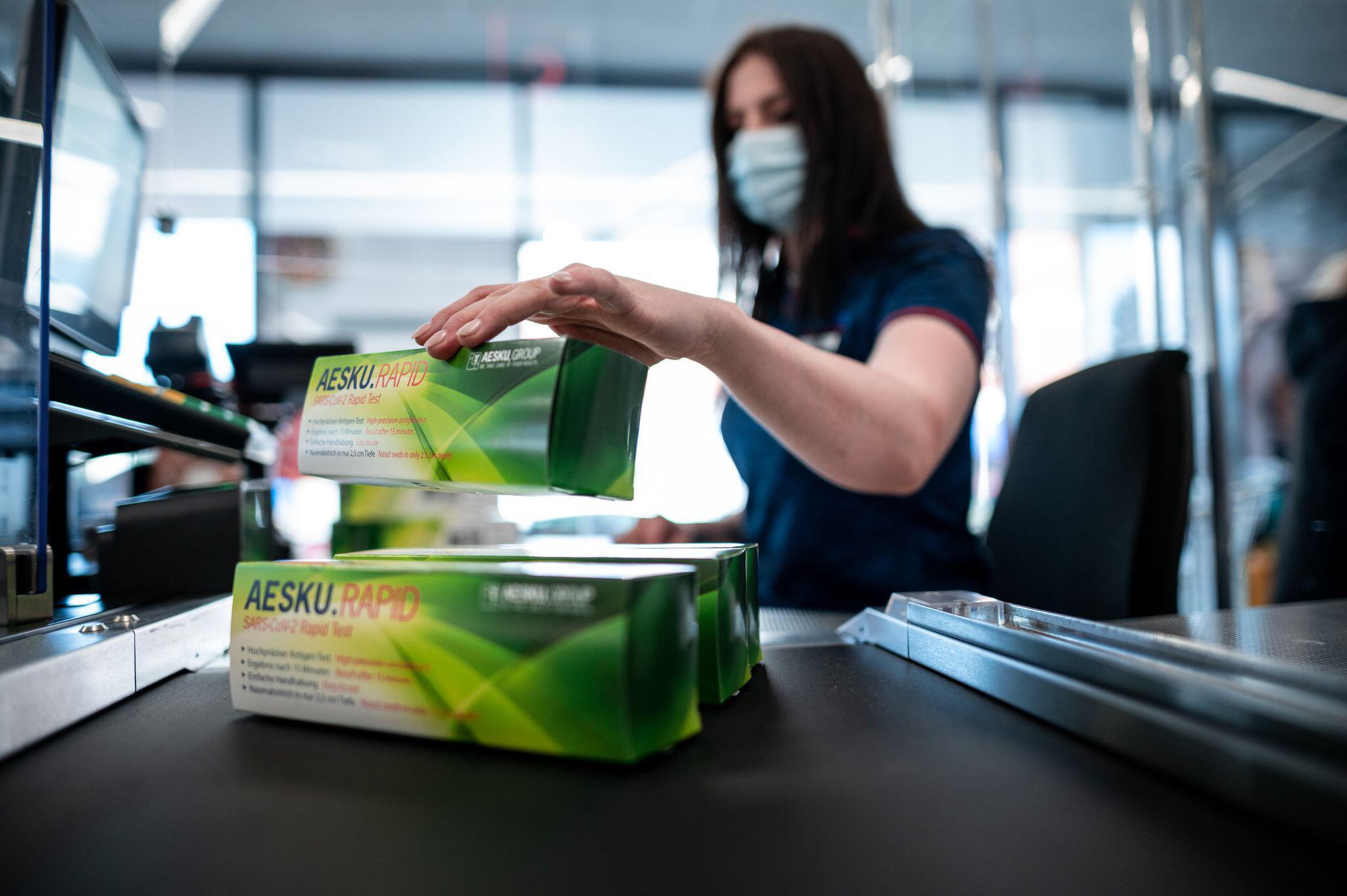 Bild zu Coronavirus - Vorbereitung auf Schnelltest-Verkauf bei Aldi Nord