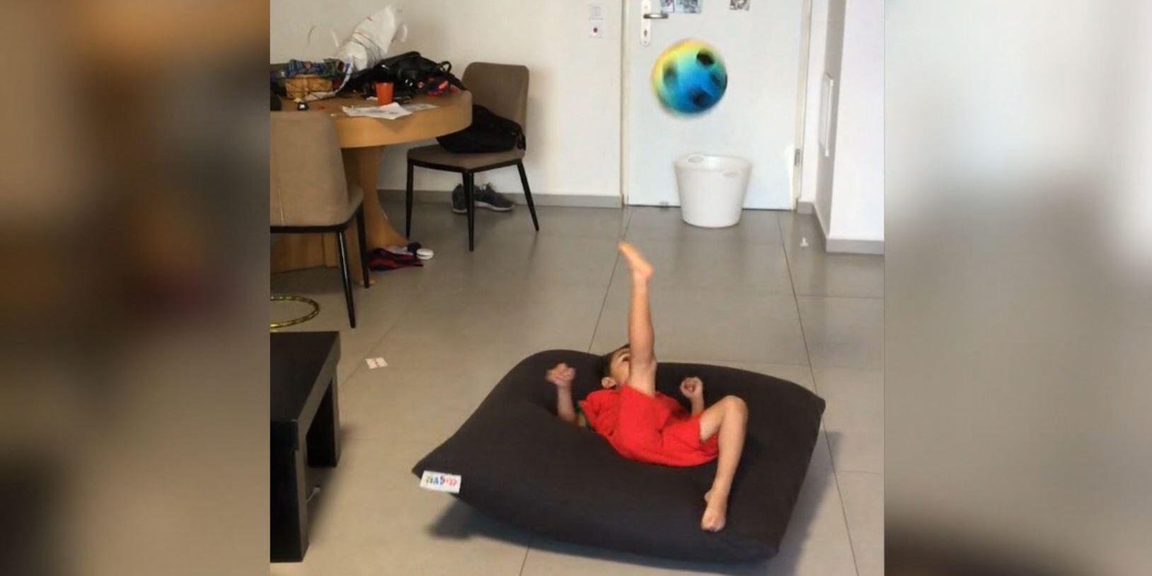 Bild zu Kick it like Ronaldo: Dieser kleine Fussballer ist der Wahnsinn