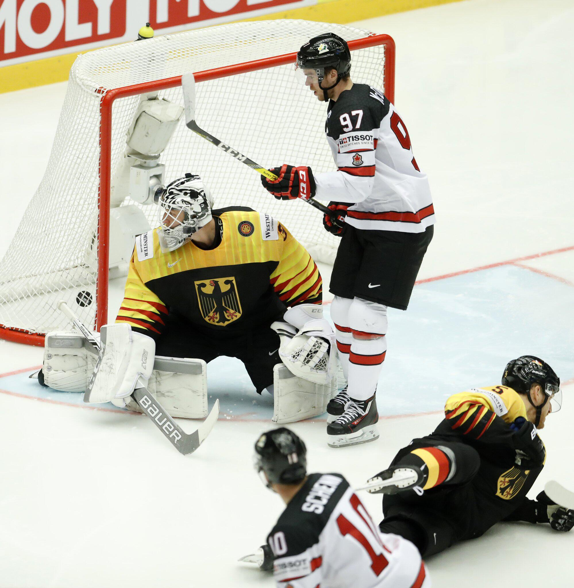 Bild zu Kanada - Deutschland, Eishockey-WM, Herning, Niklas Treutle, Korbinian Holzer, Connor McDavid