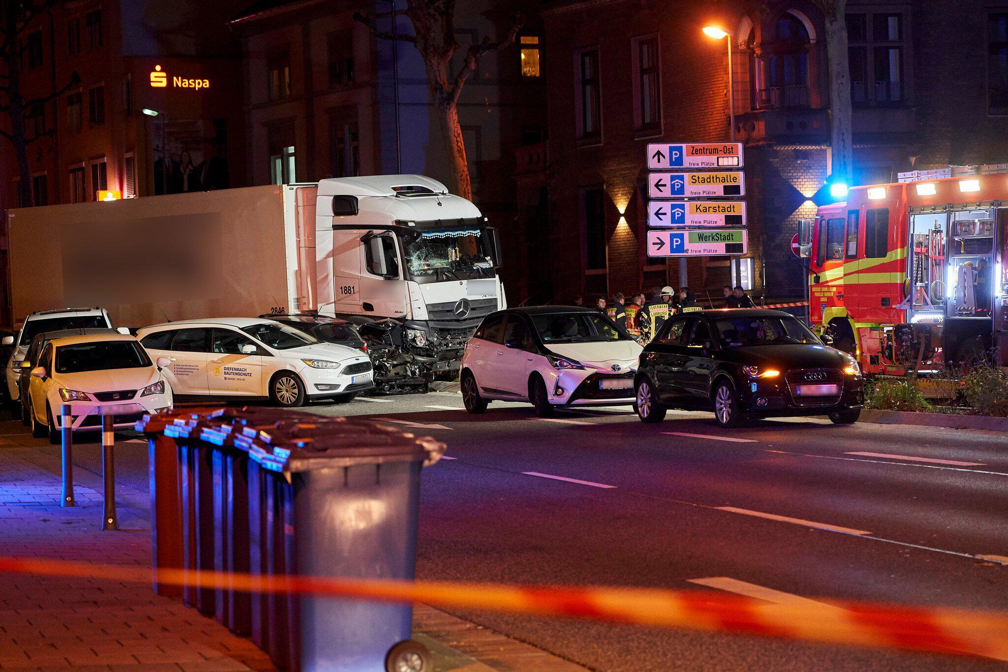 Bild zu Lastwagen fährt auf Fahrzeuge auf - Ein Schwerverletzter