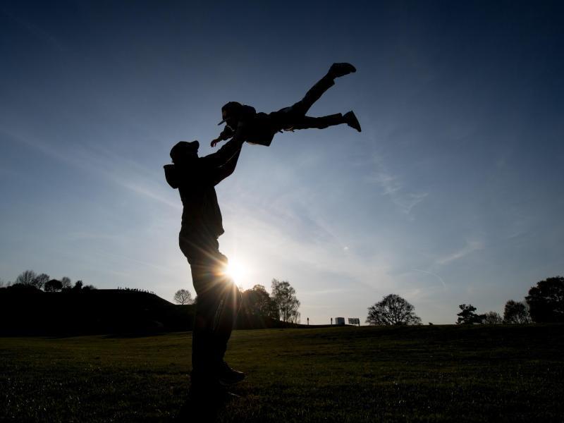 Bild zu Vater mit Kind