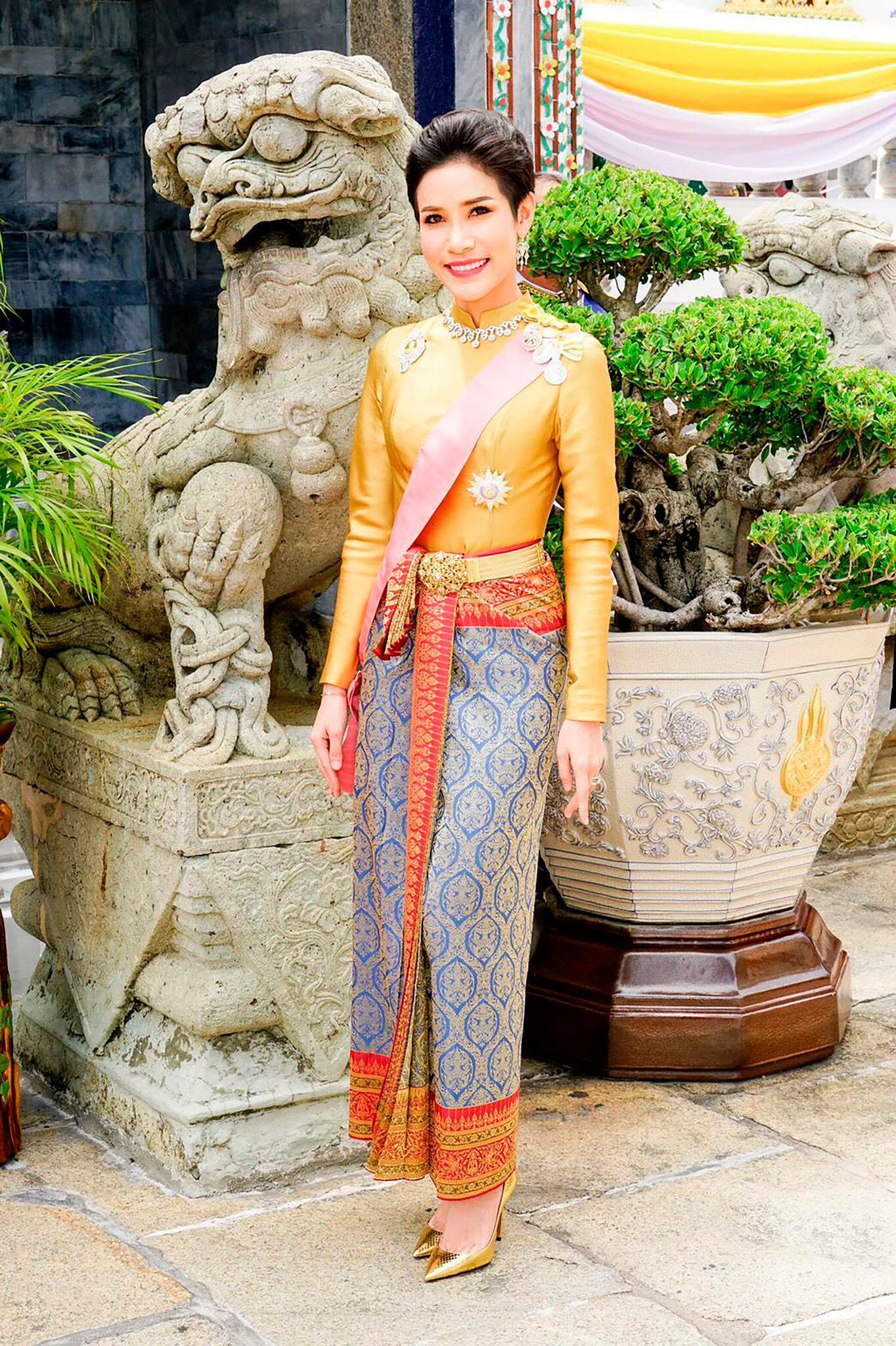 Bild zu Thailands König begnadigt seine Geliebte