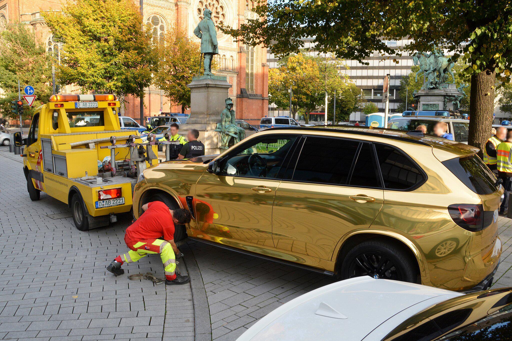 Bild zu Goldenes Auto wird abgeschleppt