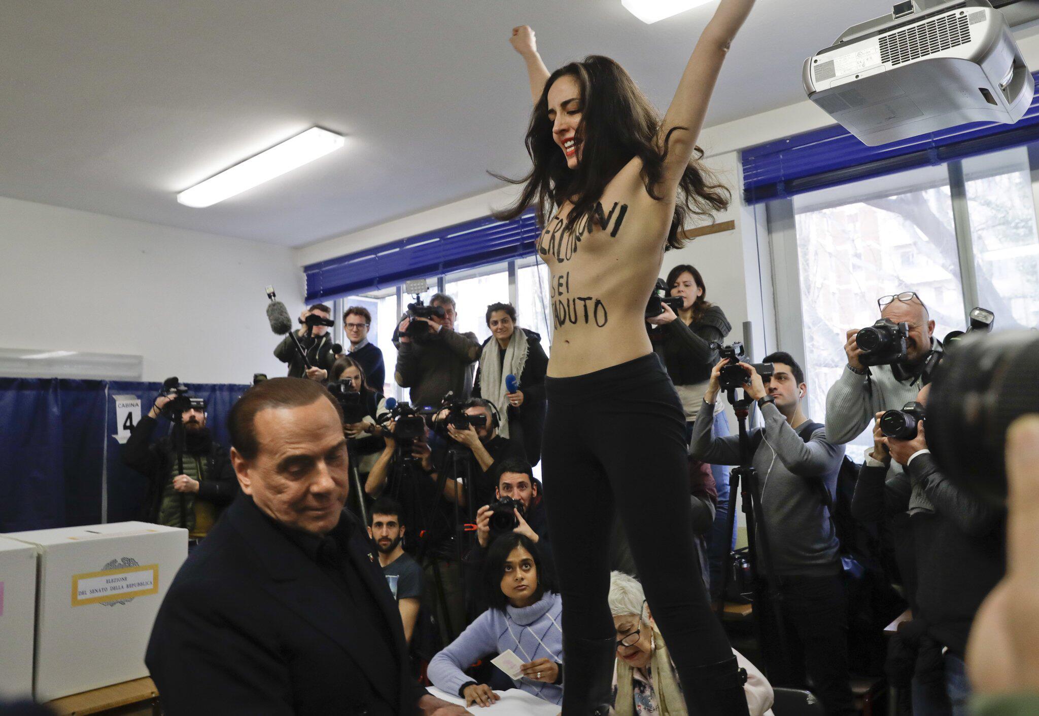 Bild zu Femen-Aktivistin empfing Silvio Berlusconi bei der Stimmabgabe