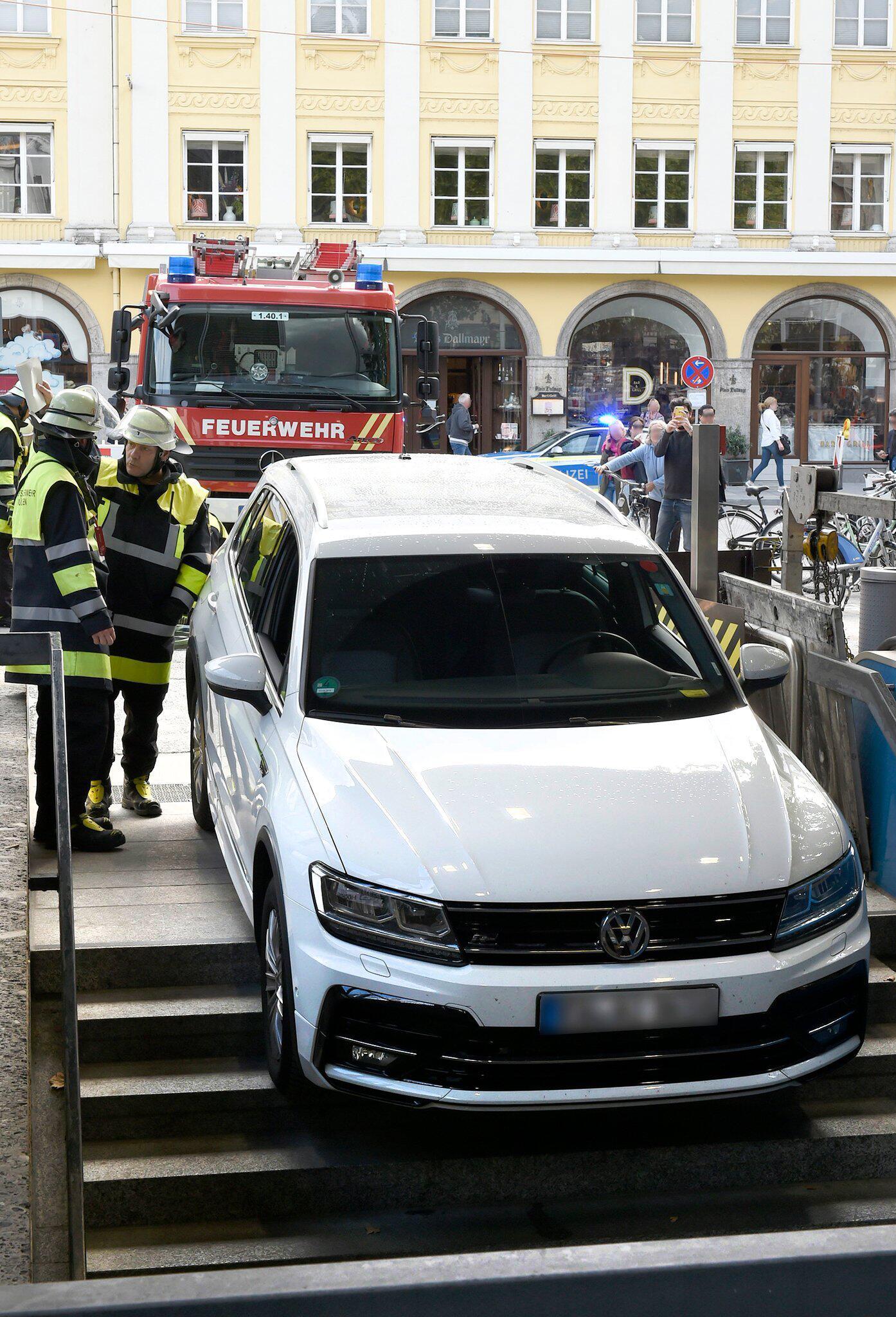 Bild zu Auto fährt in U-Bahn-Abgang in München