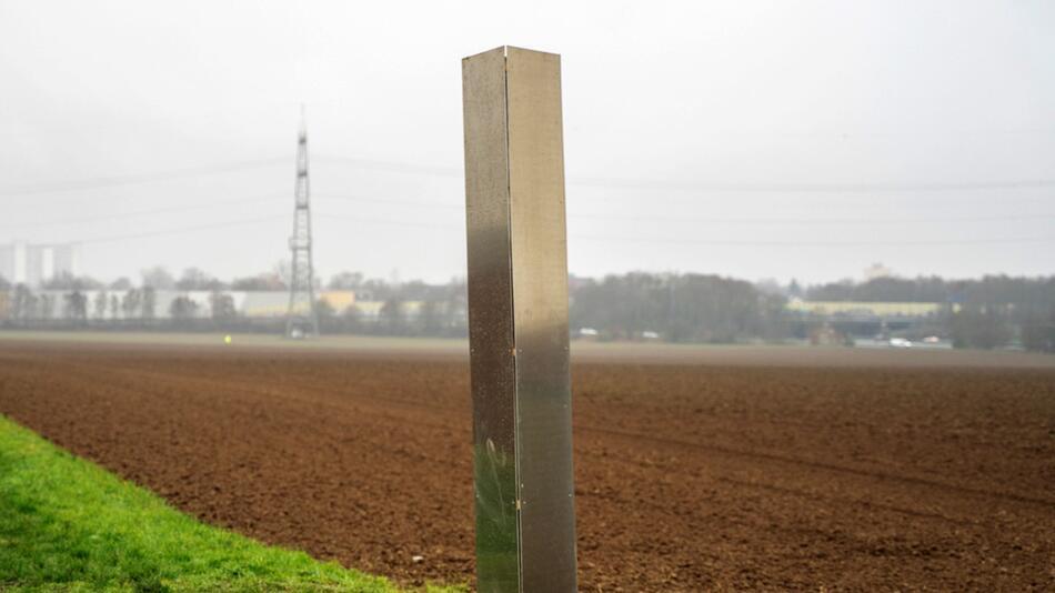 Monolith aus Metall steht auf Feld