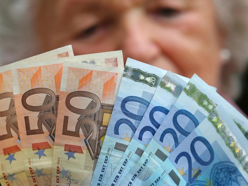 Bild zu Rentnerin mit Euro-Scheinen