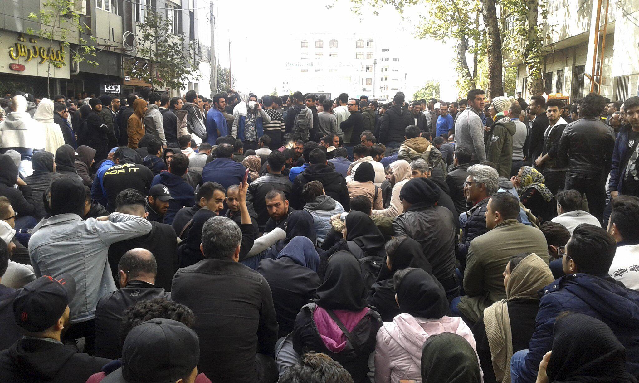 Bild zu Breite Proteste im Iran gegen Benzinrationierung