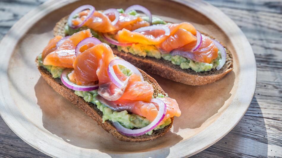 Avocado mit Lachs auf Brot