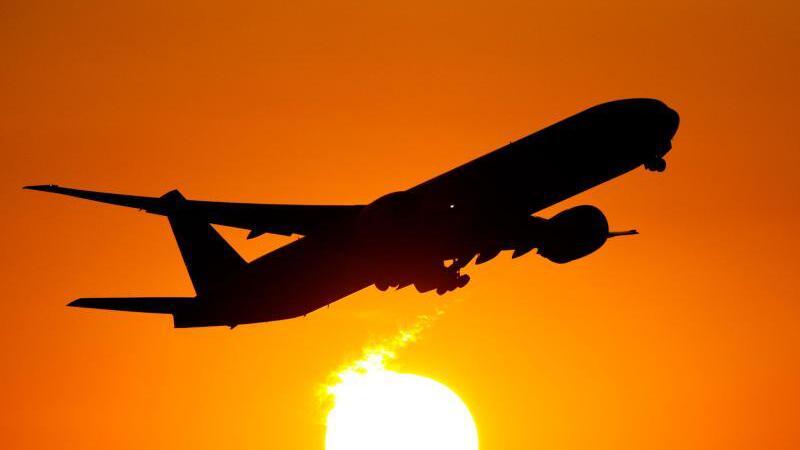 Flugzeug vor einem Sonnenuntergang