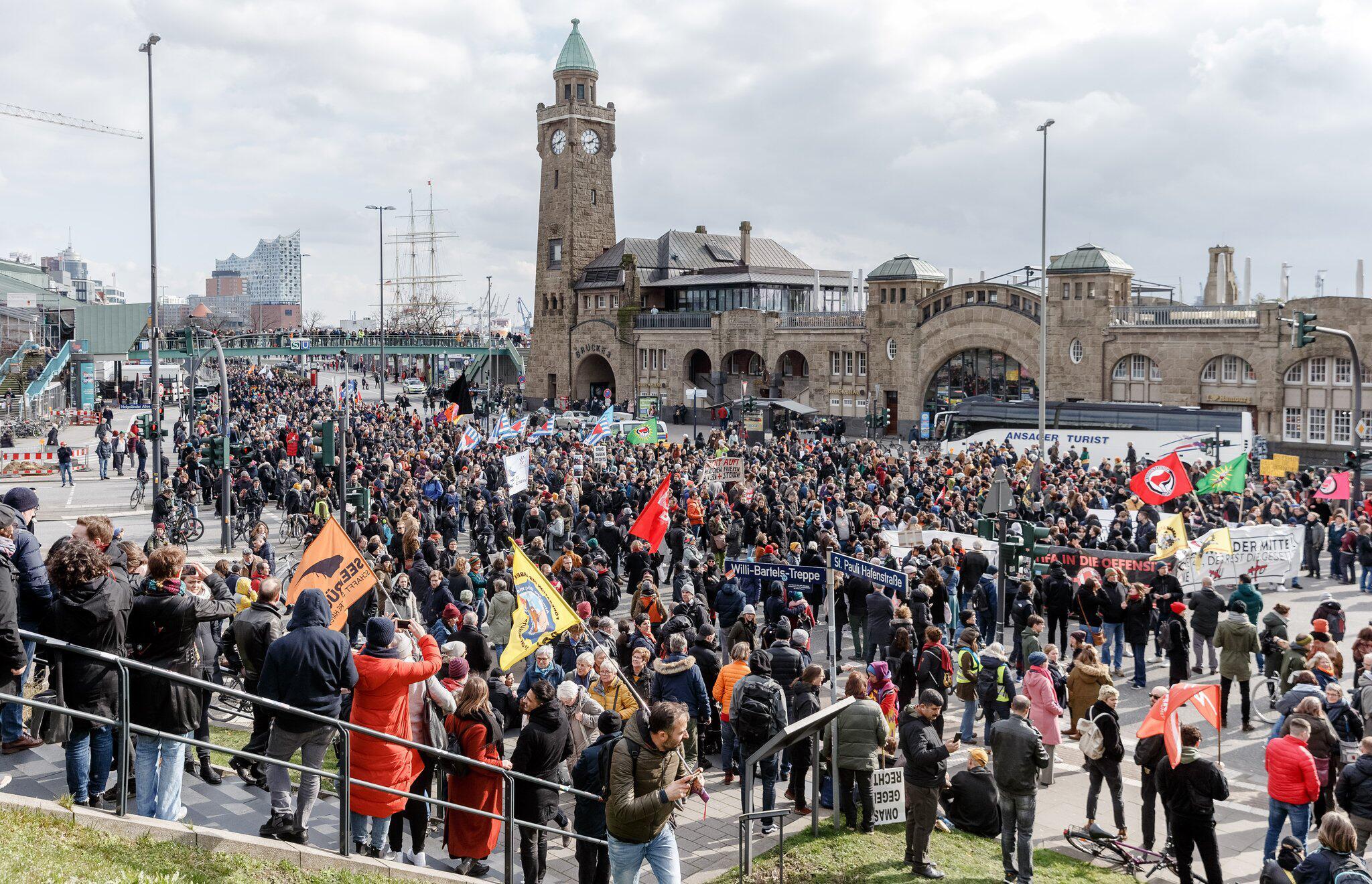 Bild zu Demonstration in Hamburg für Flüchtlinge an der griechisch-türkischen Grenze