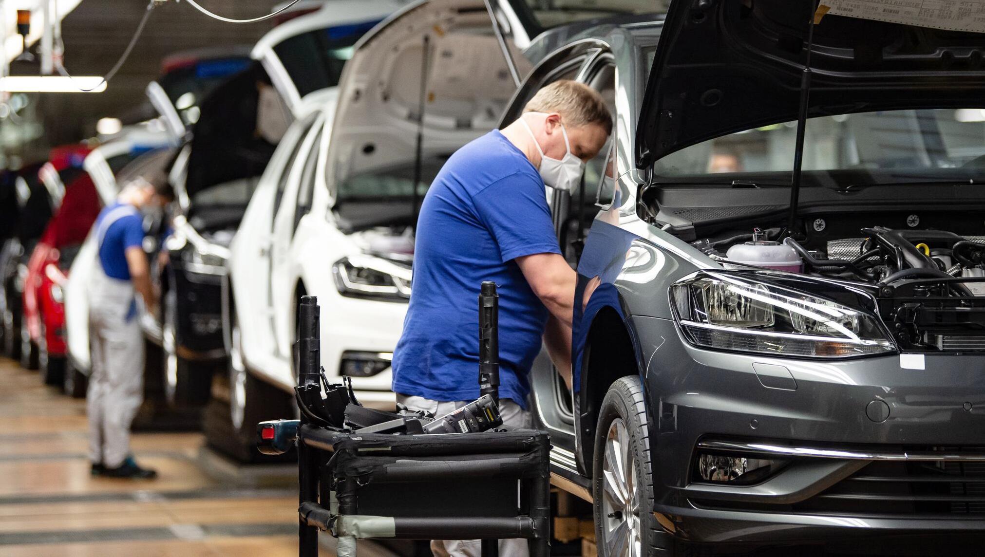 Bild zu Coronavirus - Produktion im VW-Werk Wolfsburg