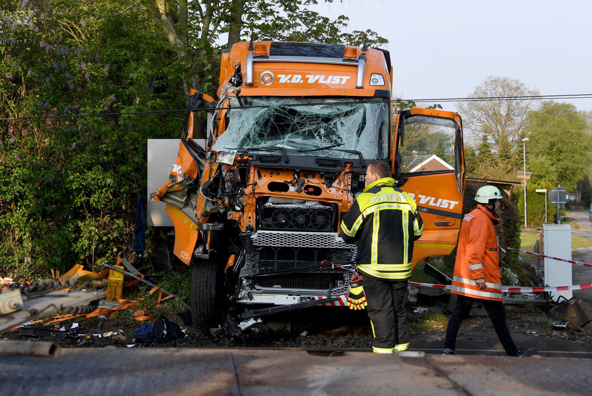 Bild zu Rendsburg, Schleswig-Holstein, Zugunglück, Verletzte; Lkw, Lastwagen