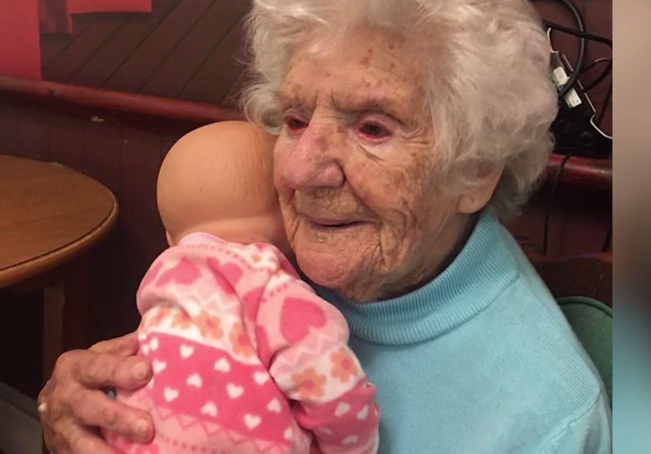 Bild zu Diese Oma singt ihren Puppen Lieder vor