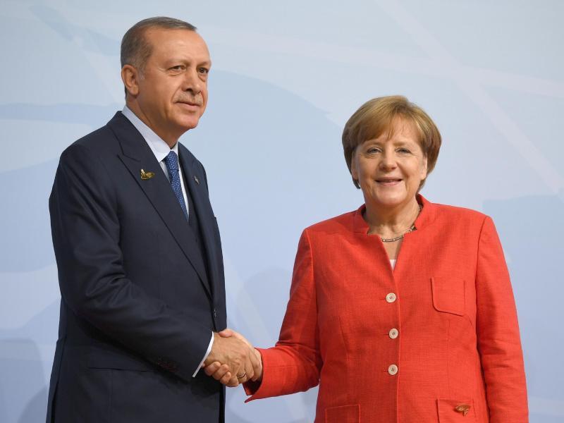 Bild zu Recep Tayyip Erdogan und Angela Merkel