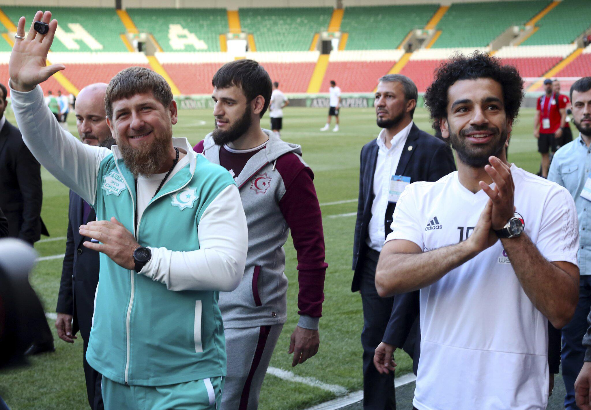 Bild zu WM 2018 - Kadyrow und Ägypten-Star Salah grüssen Fans
