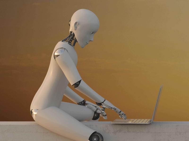 Bild zu Roboter tippt auf Laptop