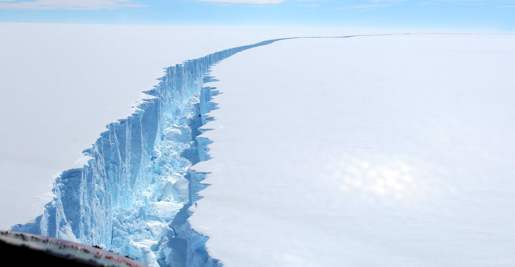 Bild zu Gigantischer Eisberg treibt langsam in wärmere Gewässer