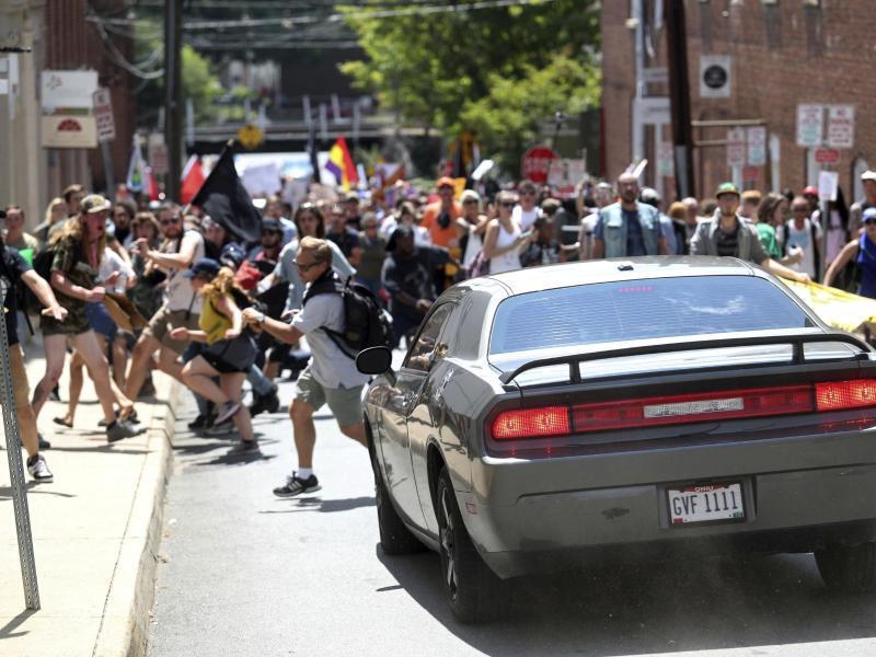 Bild zu Attacke auf Gegendemonstranten