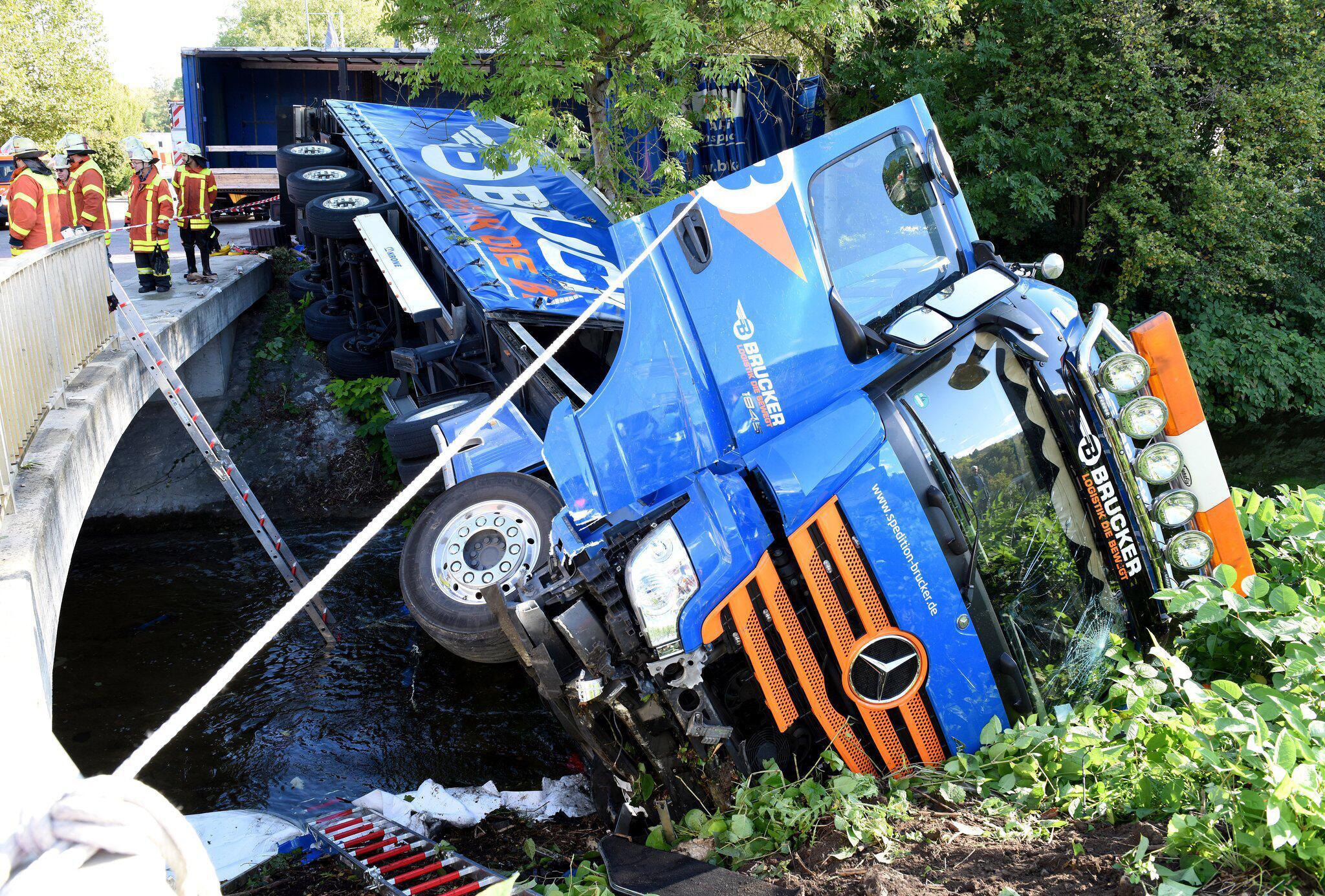 Bild zu LKW landet in Fluss