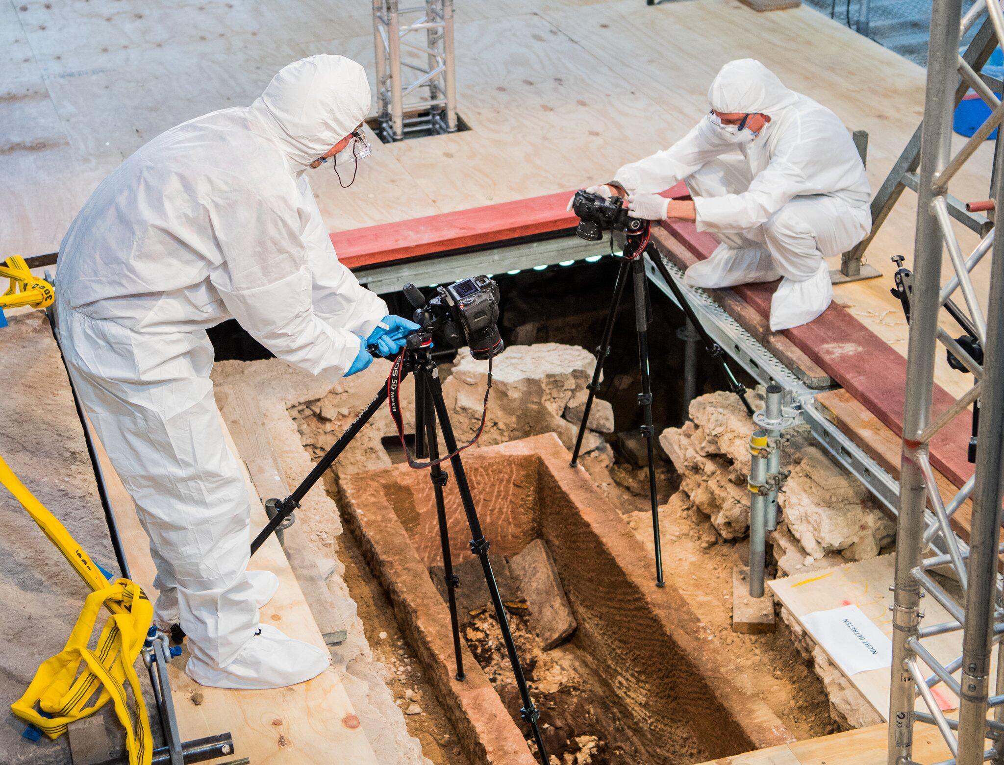 Bild zu Sarkophag in Mainzer Johanniskirche geöffnet
