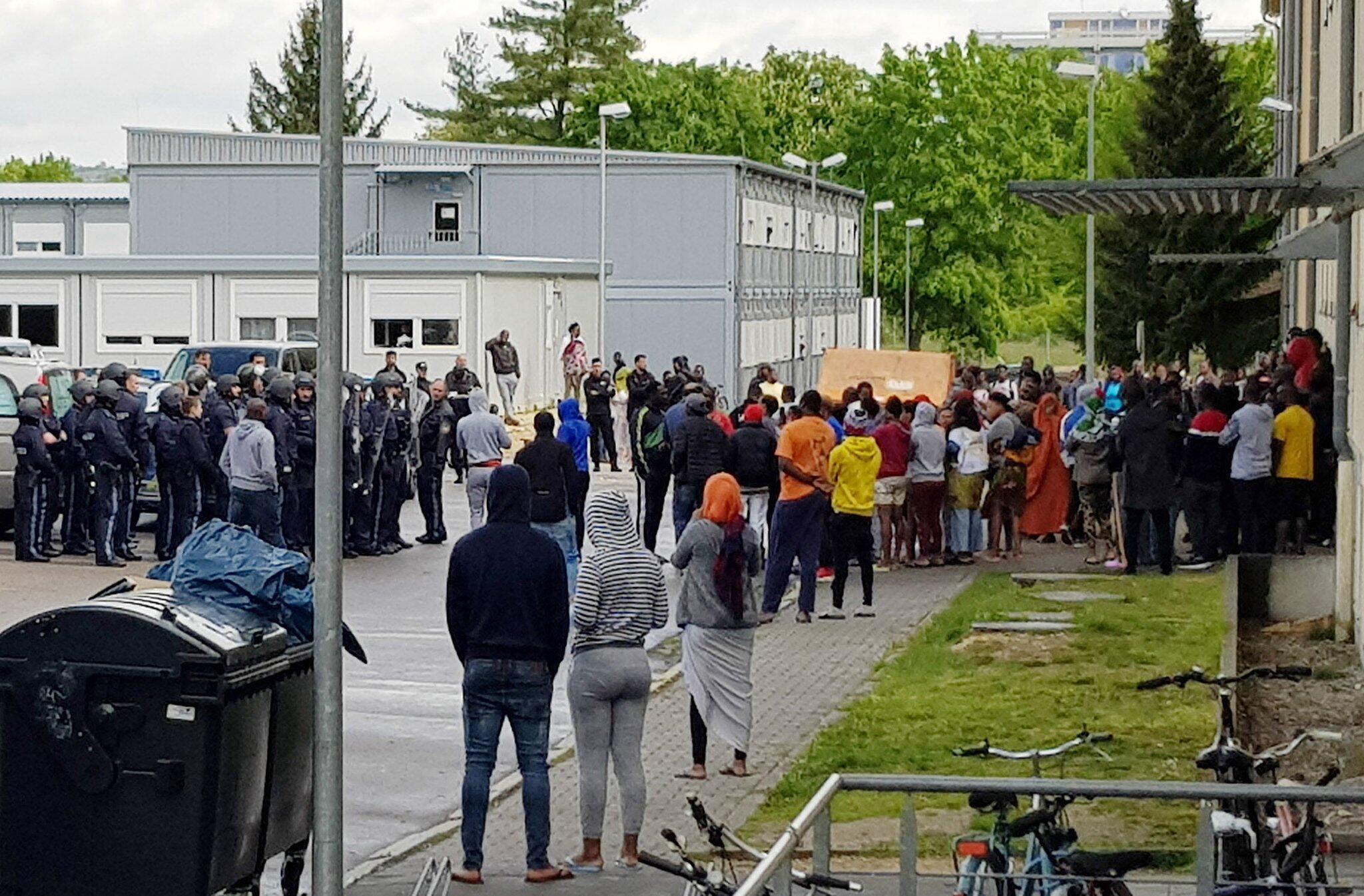 Bild zu Grosseinsatz der Polizei in Asylbewerberheim