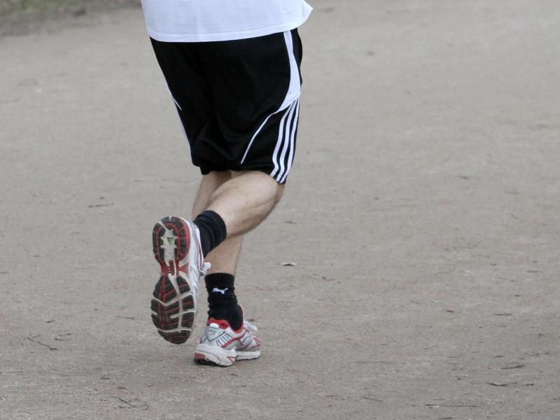 Bild zu Jogger auf einem Spazierweg
