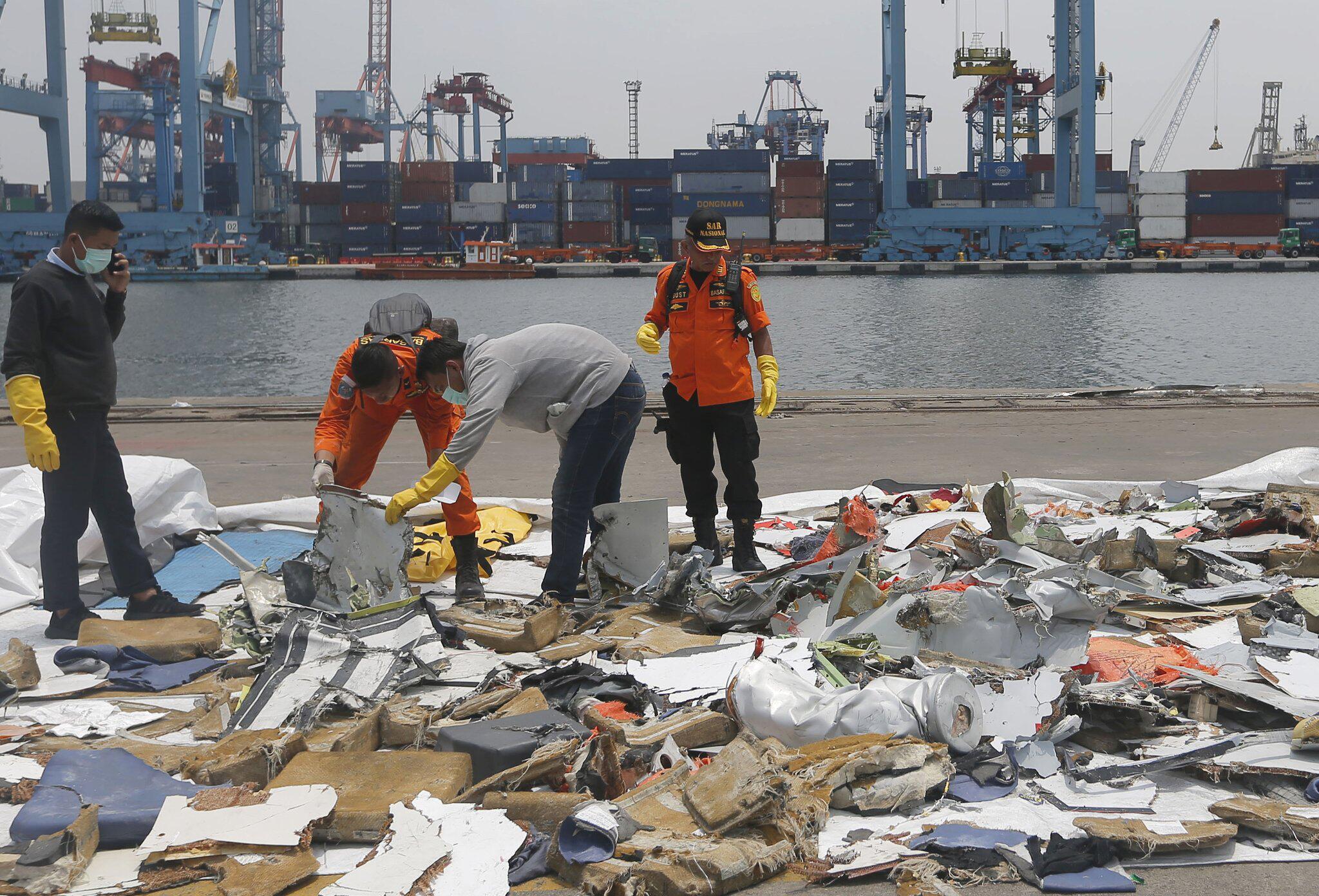 Bild zu Nach dem Flugzeugabsturz in Indonesien